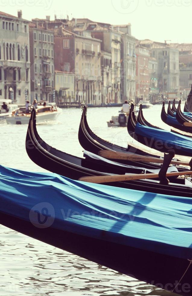 gondole al canal grande a venezia, italia. foto