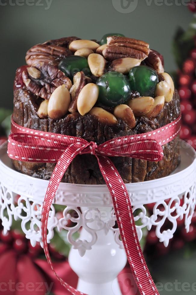 Torta di frutta di Natale festivo con ciliegie glace e noci foto
