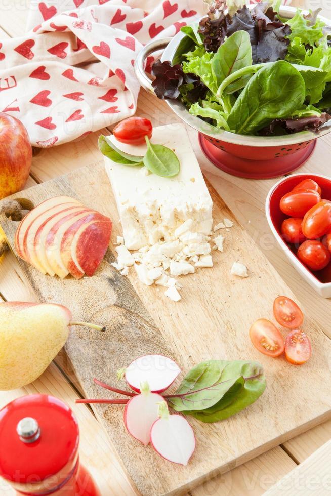 preparare insalata con ingredienti freschi foto