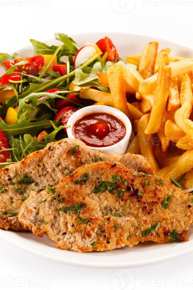 bistecche fritte, patatine fritte e verdure foto