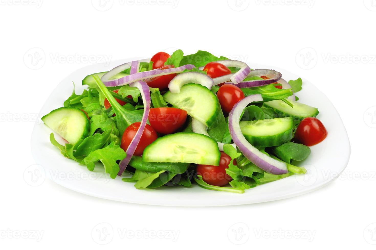 insalata del giardino sul piatto, isolato su bianco foto
