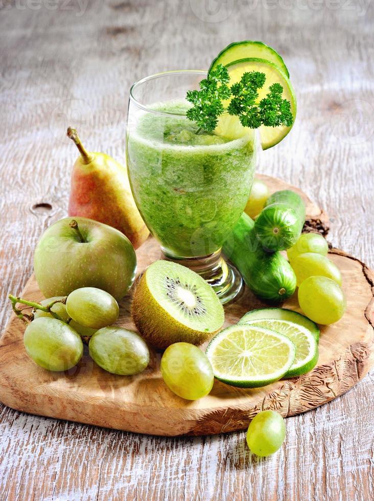 frullato disintossicante verde rinfrescante con ingredienti foto