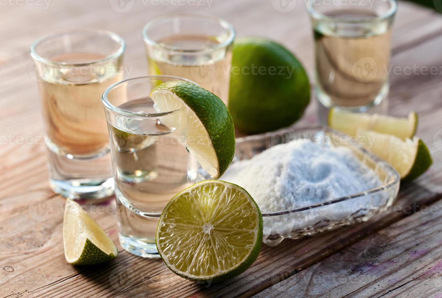 tequila oro con sale e lime foto