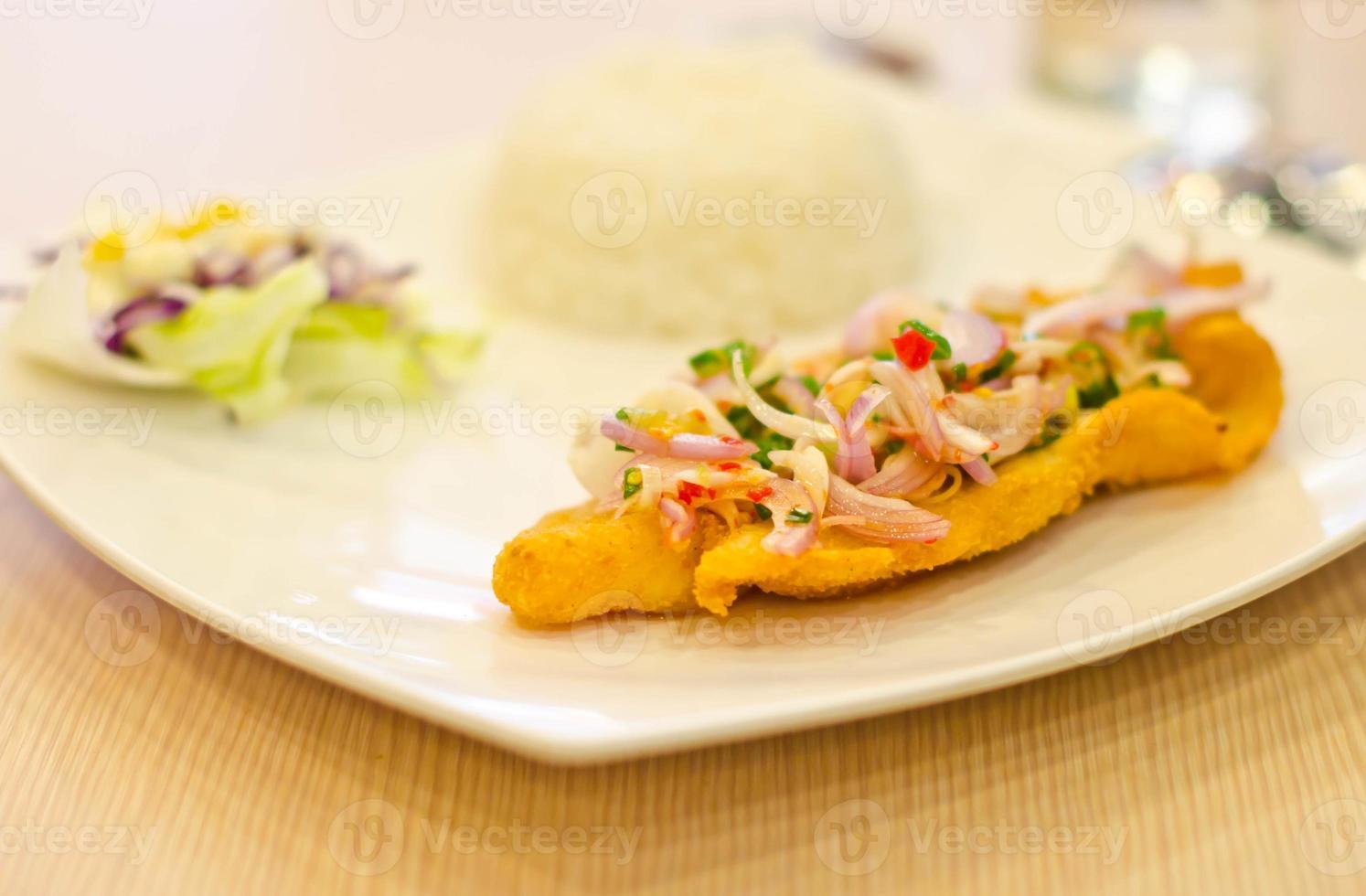 cipolle, peperoncini, erbe su pesce fritto ... foto