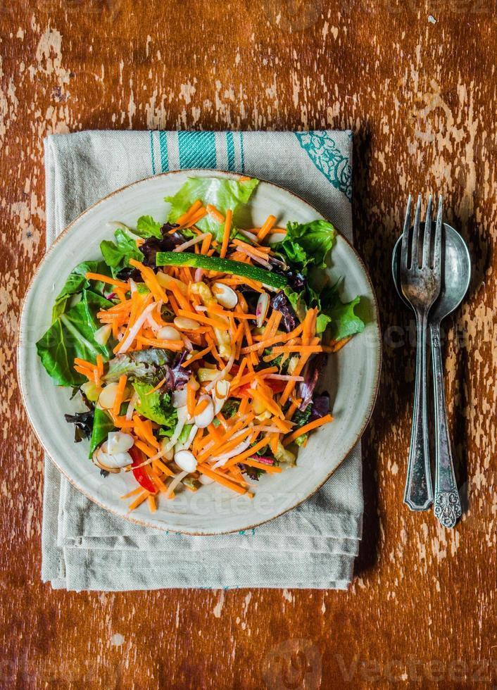 insalata sana con carota, mandorla e formaggio foto