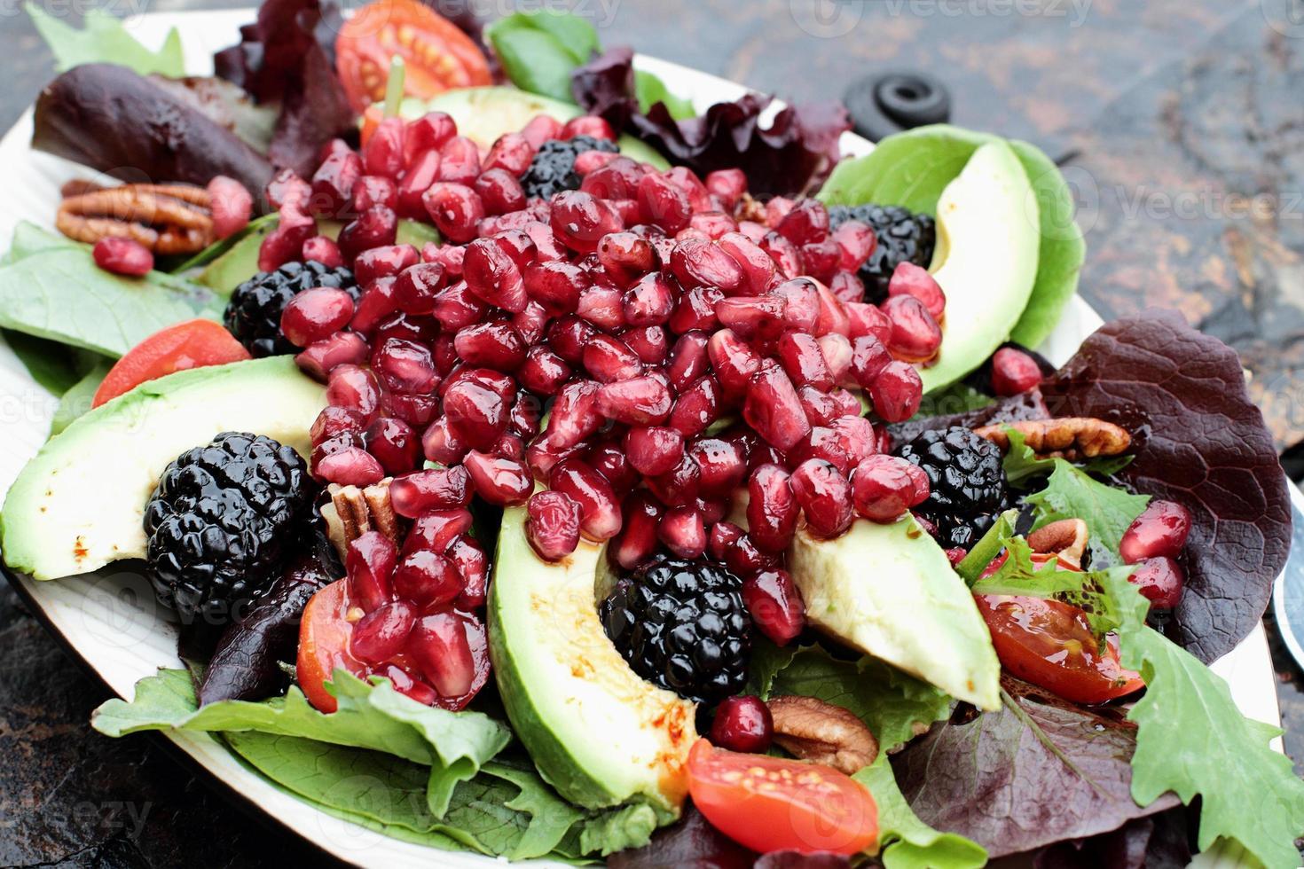 insalata fresca di melograno e avocado foto