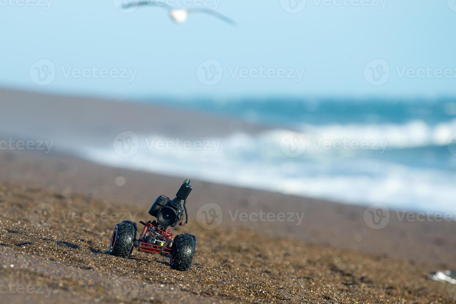 drone terrestre con telecamera mentre si guida sulla spiaggia foto