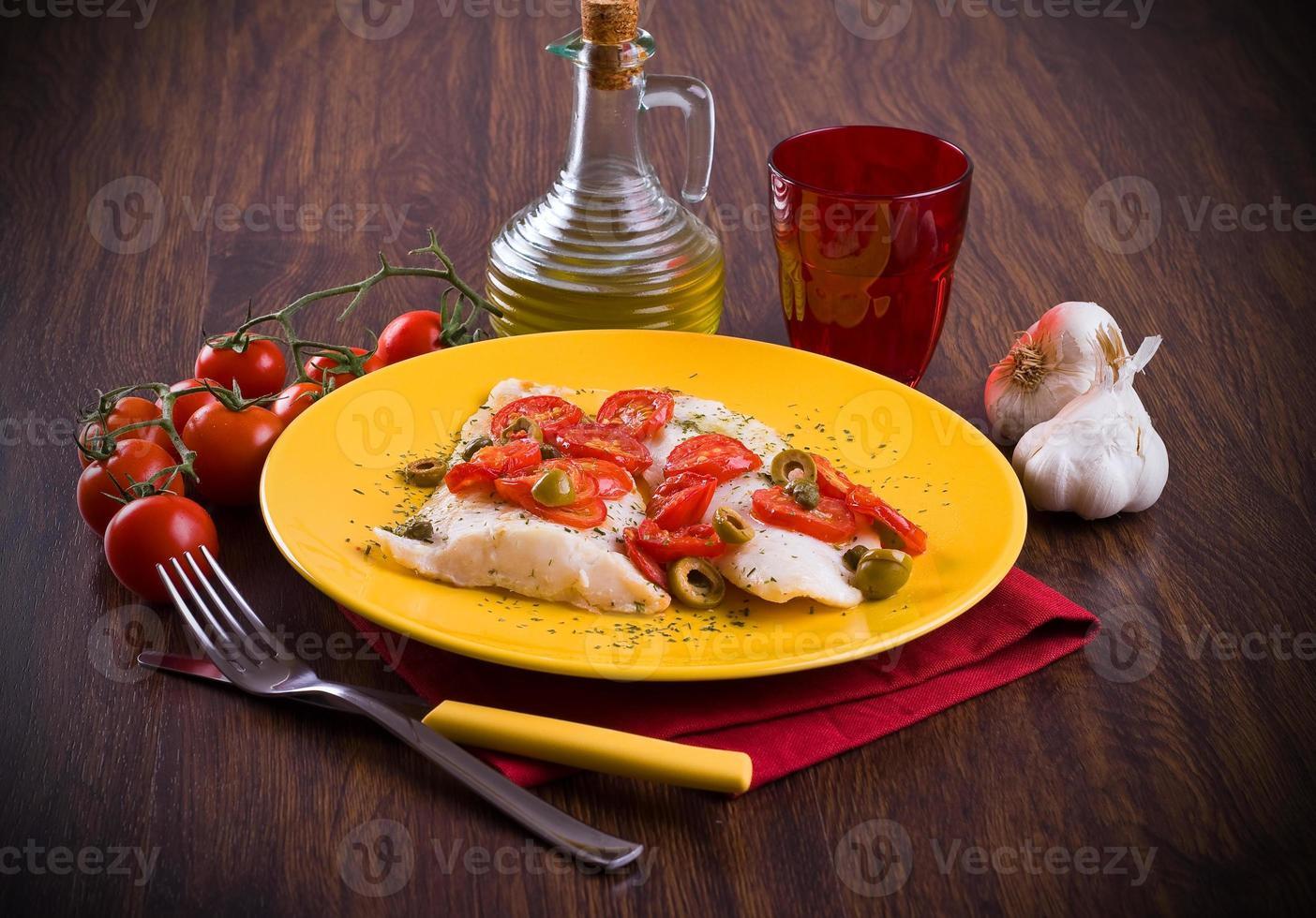 pesce con pomodorini e olive. foto