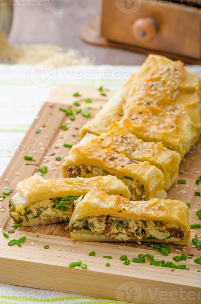 strudel con spinaci, gorgonzola e aglio foto