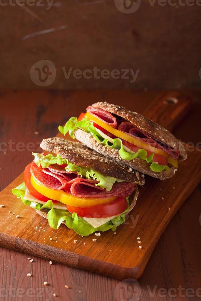 panino sano con salame pomodoro pepe e lattuga foto