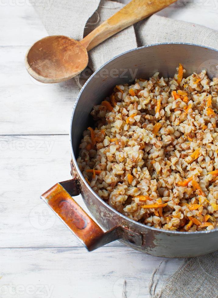 grano saraceno con carote a sfondo chiaro foto