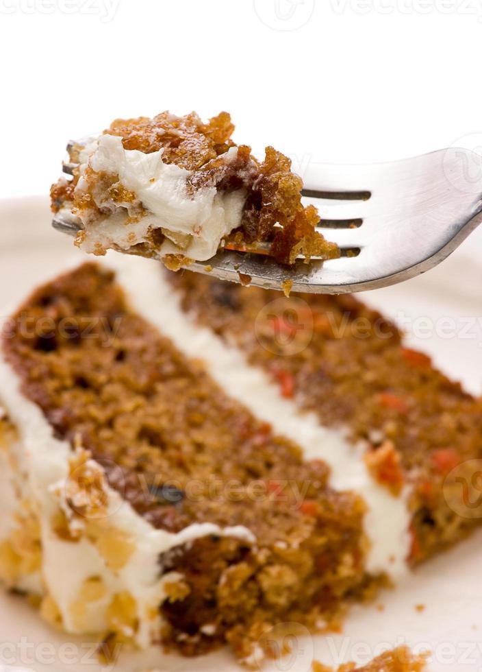 torta di carote di noci su una forchetta foto