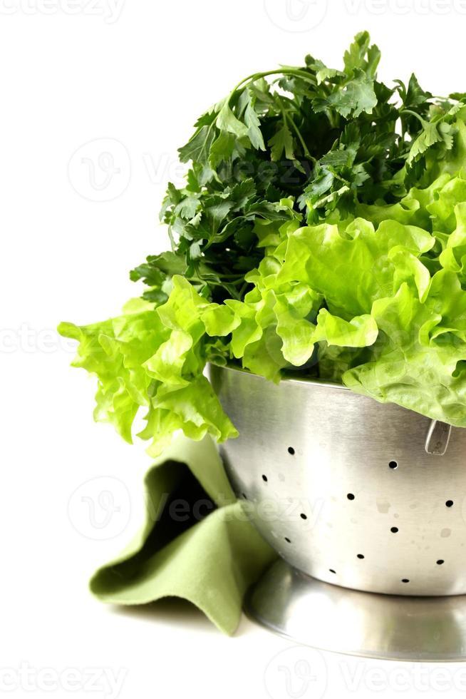lattuga verde e prezzemolo in uno scolapasta di metallo foto