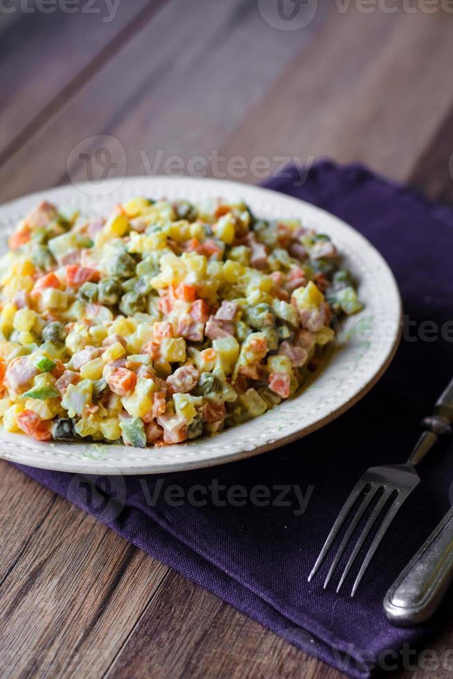 insalata olivier una tavola festiva, nuovo anno foto