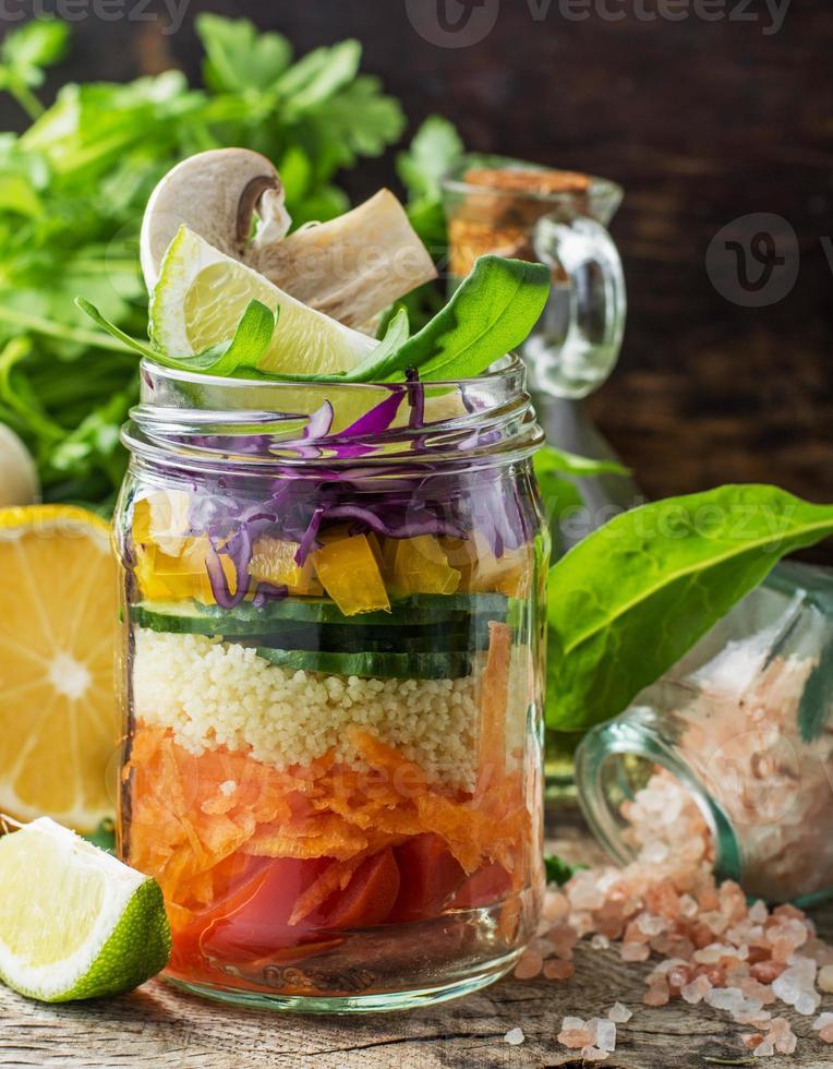 fresca insalata colorata nel barattolo foto