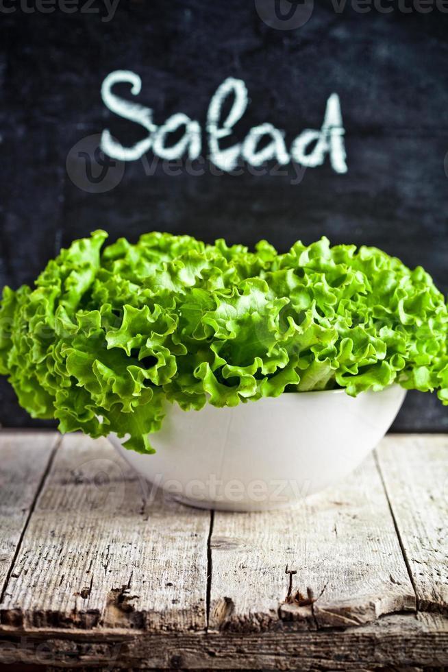 insalata fresca in una ciotola foto