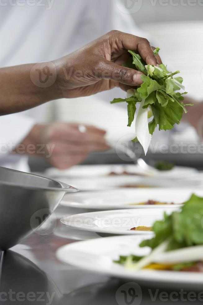 chef che prepara insalata foto
