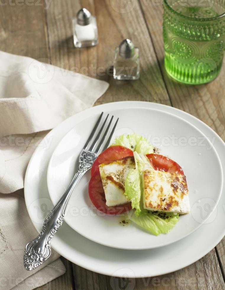formaggio Halloumi fritto e insalata di pomodori foto