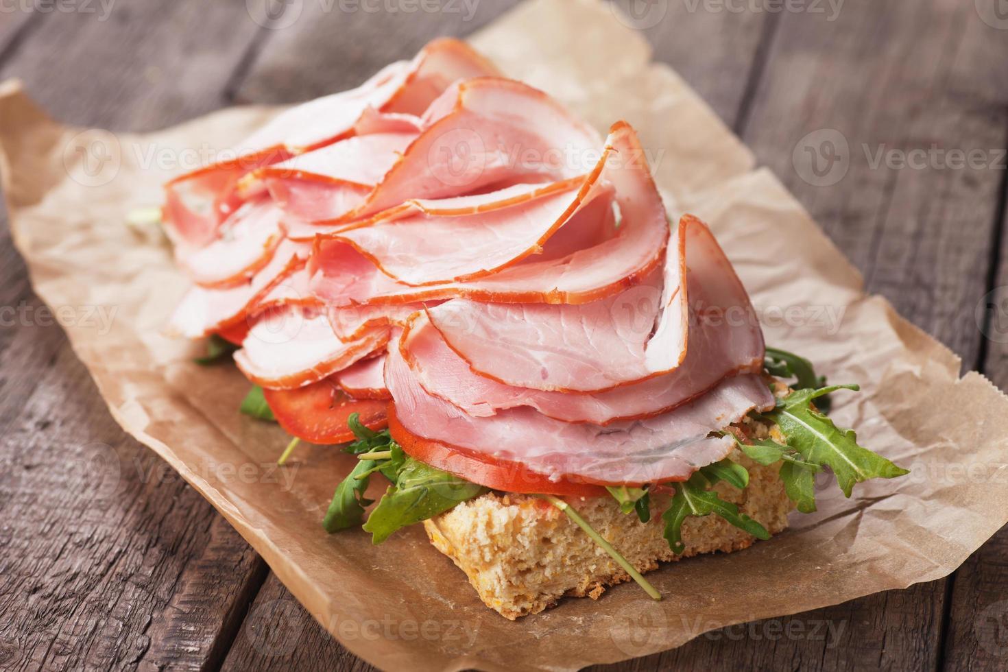 sandwich sottomarino con prosciutto affumicato foto