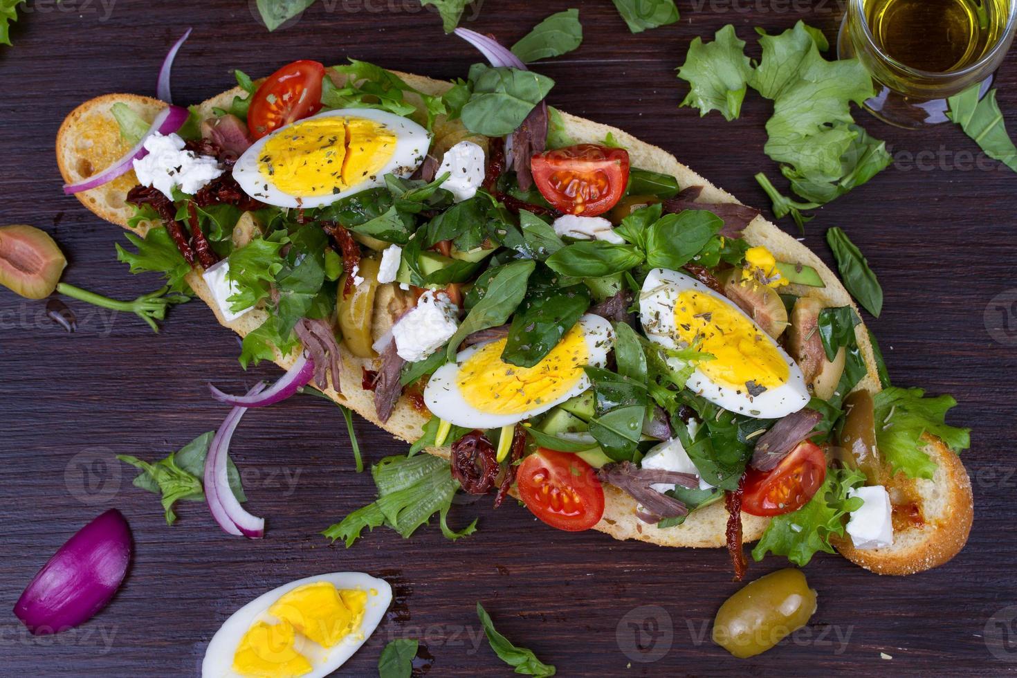 Insalata di bistecca greca sul pane con uova e feta foto