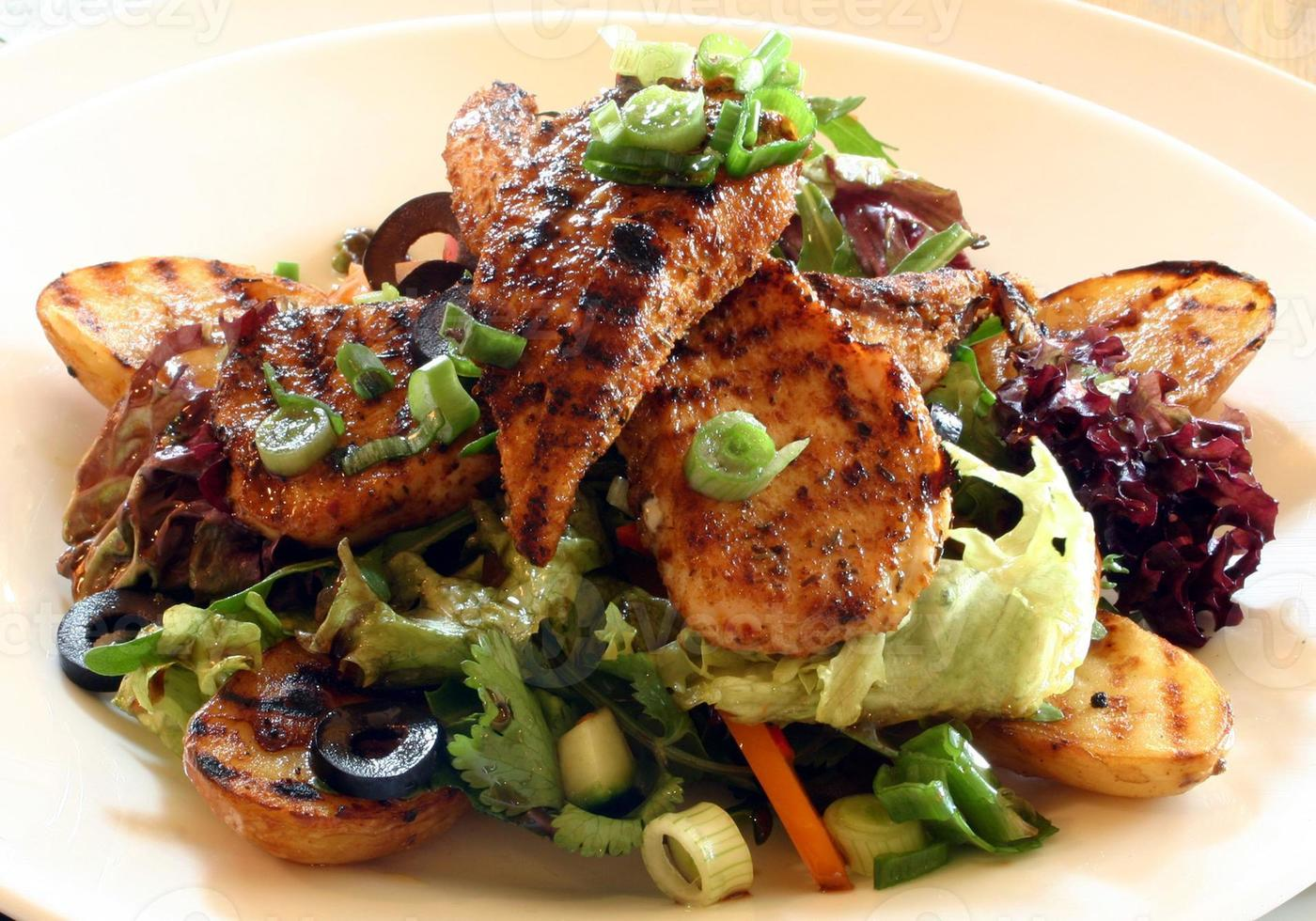 insalata di pollo grigliata con zucca, scalogno e olive foto