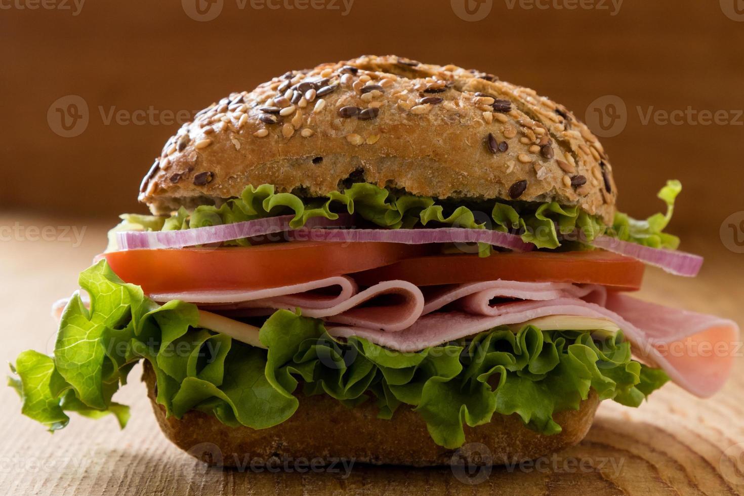 panino al prosciutto con panino marrone foto