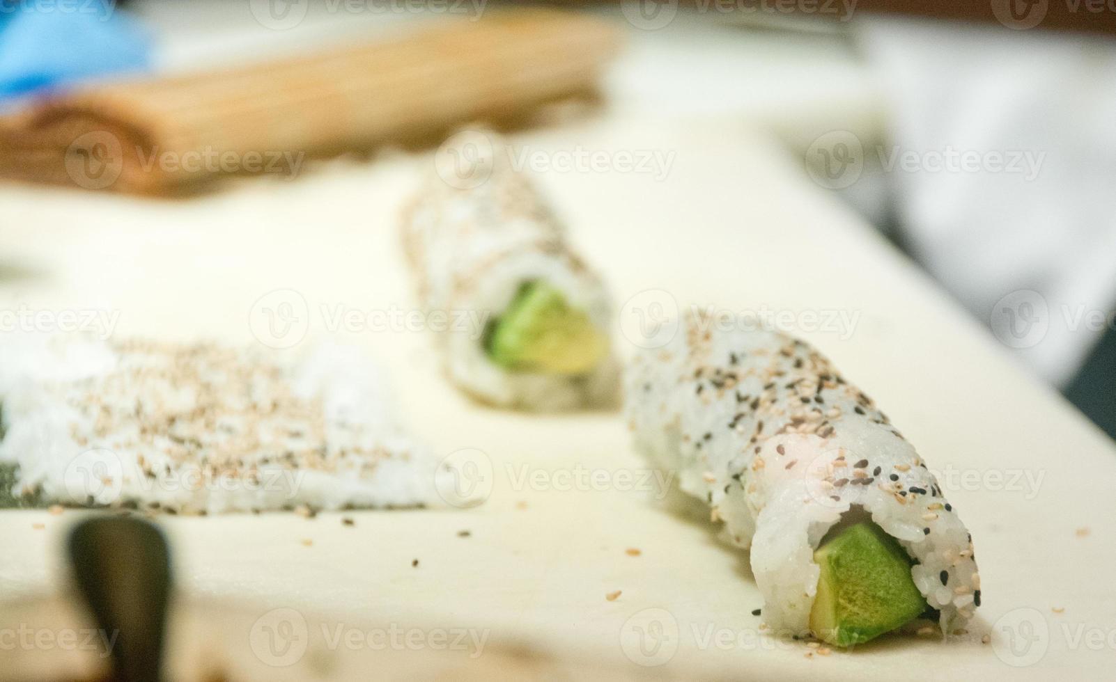 involtini di sushi con avocado e semi di sesamo foto