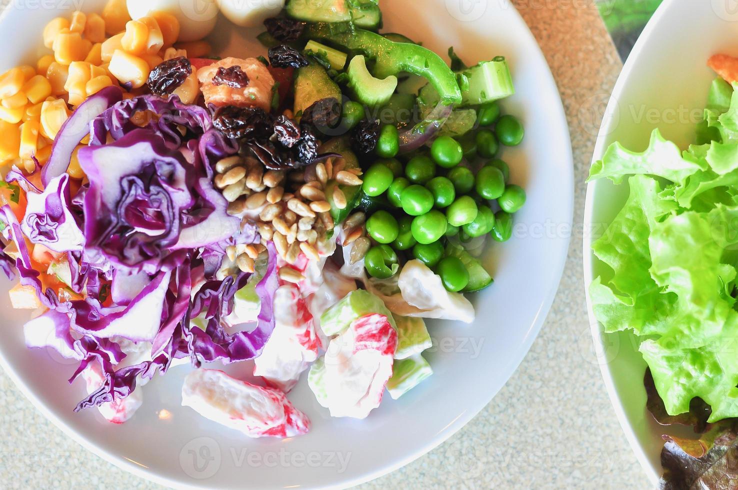 insalata di verdure fresche su disco bianco, primo piano foto
