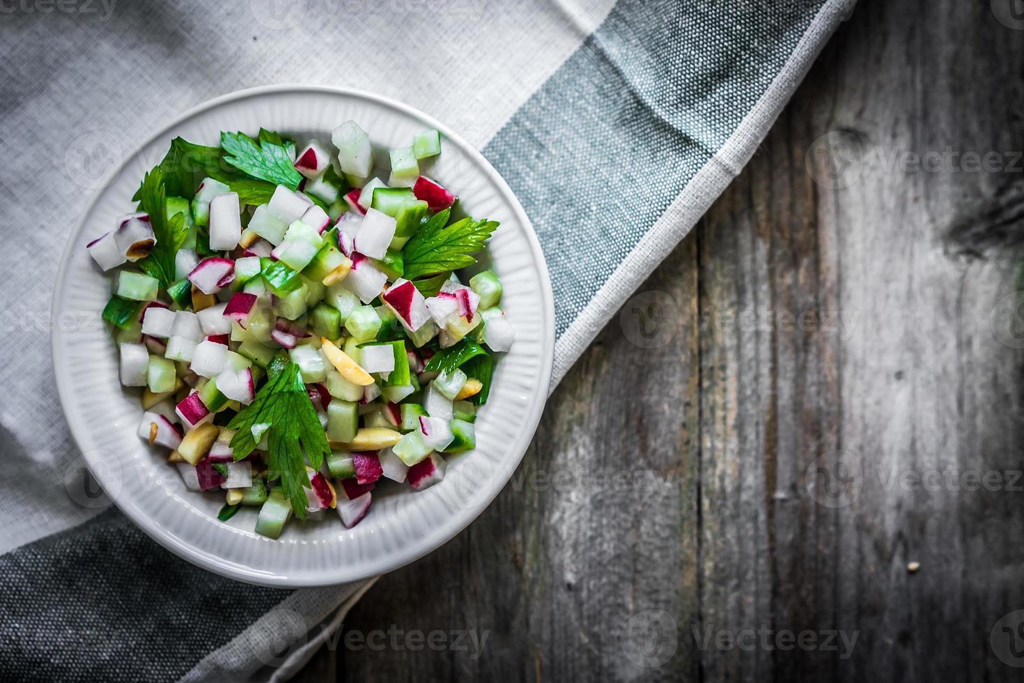 insalata di verdure su fondo di legno foto