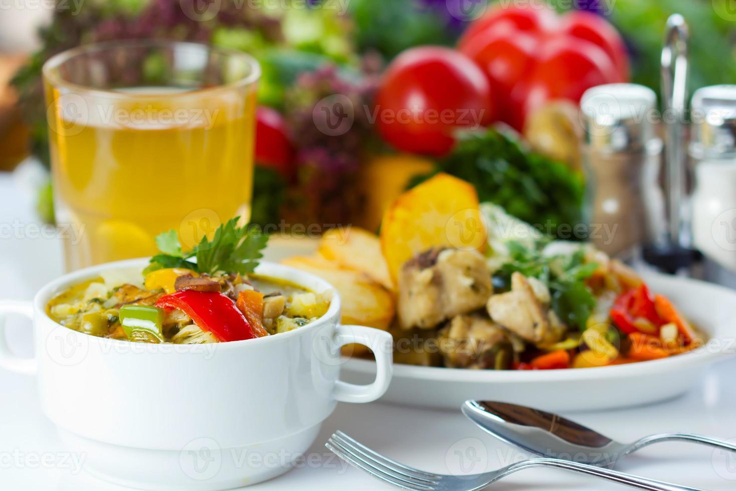 pranzo di lavoro con zuppa, insalata e succo di frutta foto