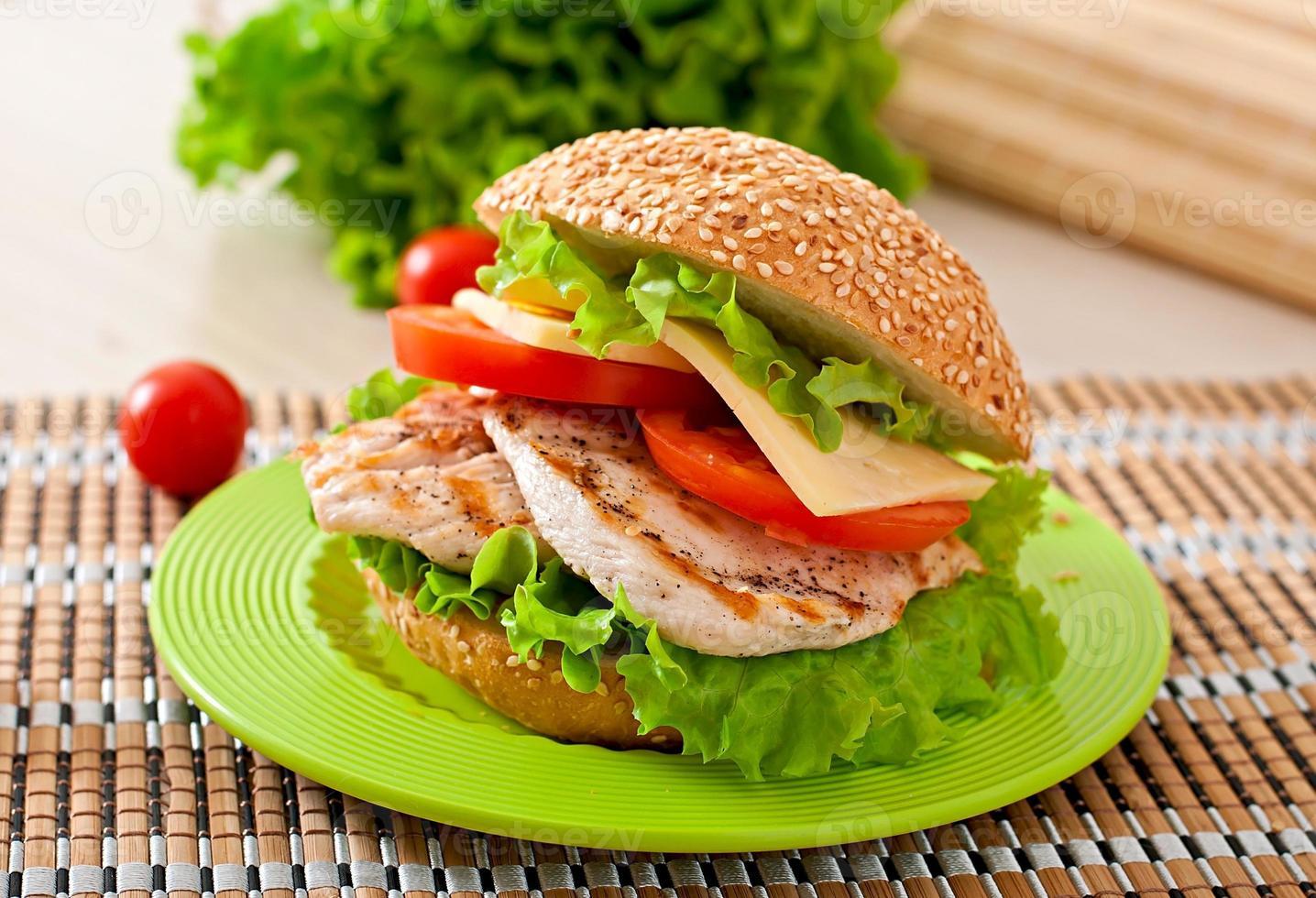 sandwich di pollo con insalata e pomodoro foto