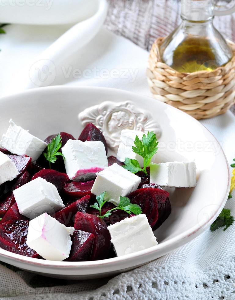 insalata di barbabietole e formaggio a pasta molle con olio d'oliva e prezzemolo foto