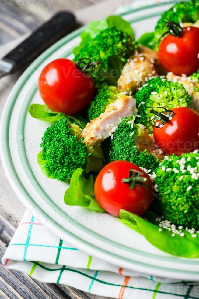 insalata di pollo con pomodorini ciliegia foto