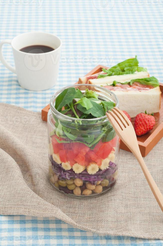 insalata e sandwich del barattolo di muratore foto