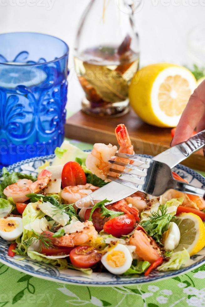 insalata di gamberi, uova e verdure fresche foto