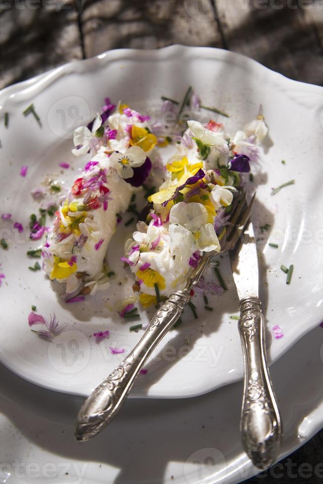 formaggio di capra con fiori commestibili foto