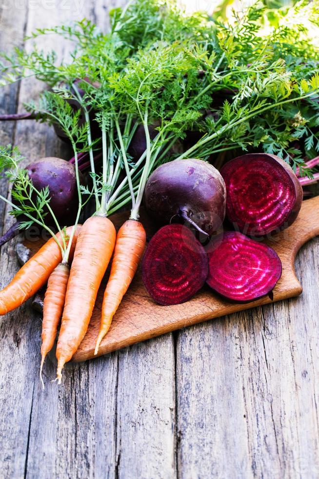 barbabietola e carote fresche su fondo di legno foto