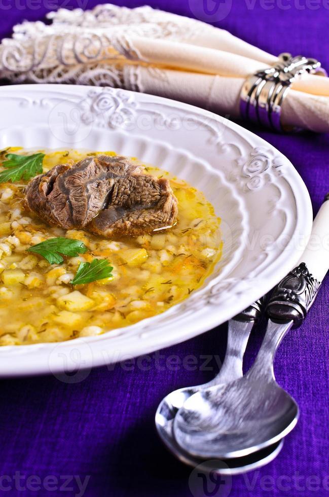 zuppa di orzo perlato e carne foto