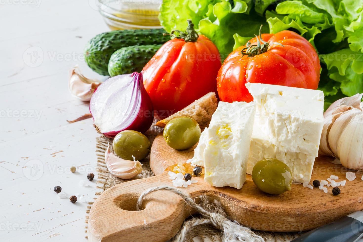 ingredienti per insalata - pomodoro, lattuga, cetriolo, feta, cipolla, olive, aglio foto
