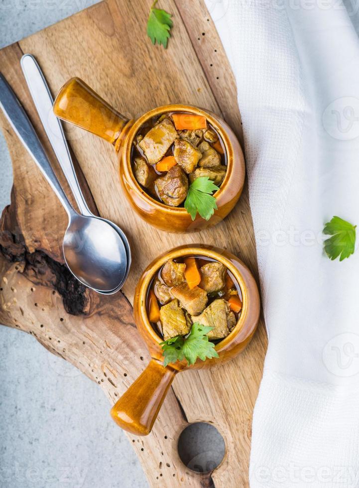 porzione di stufato di manzo tradizionale con carote foto