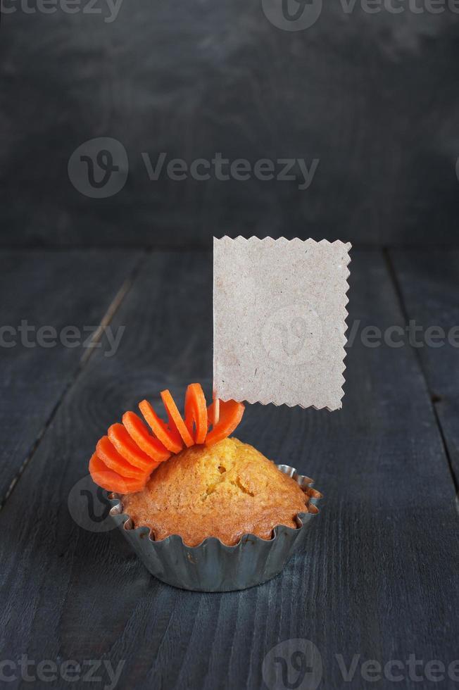Cupcake con etichetta vuota sul tavolo di legno foto