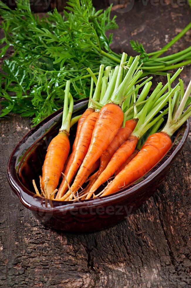 carote fresche su fondo in legno vecchio foto