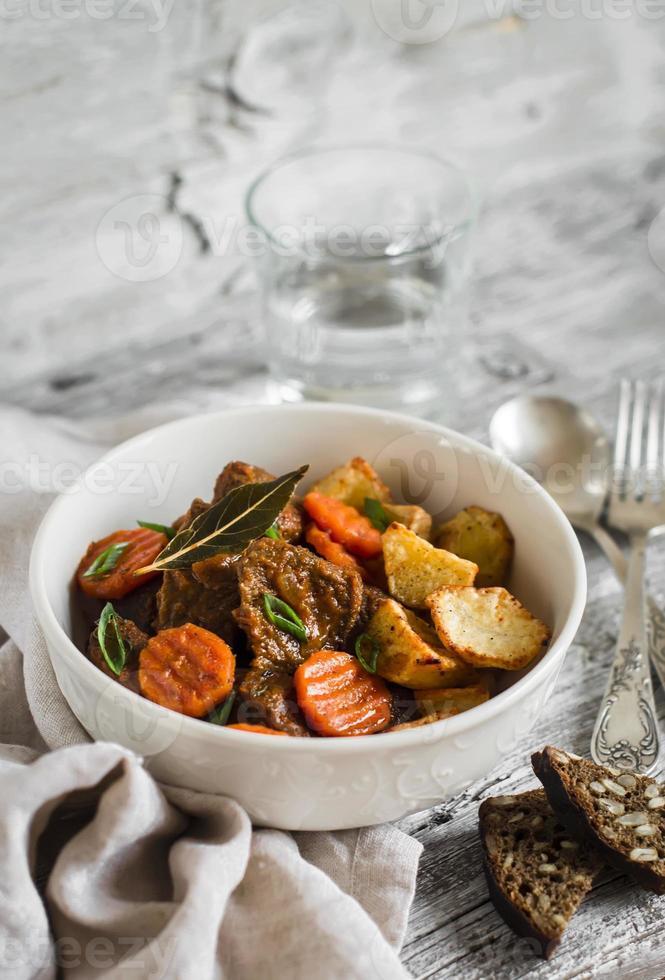 gulasch di manzo con carote e patate arrosto foto