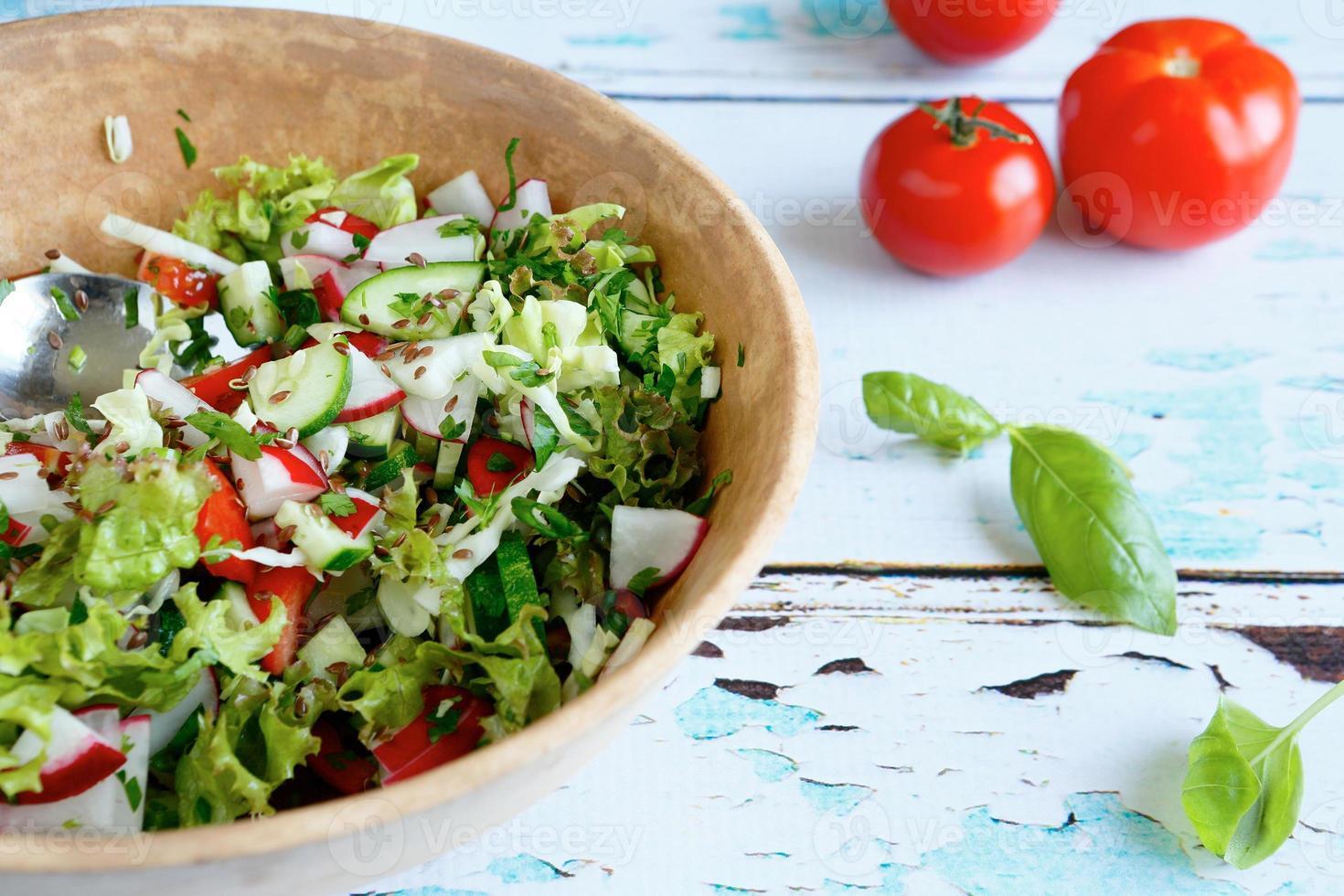 insalata di verdure in una grande ciotola foto