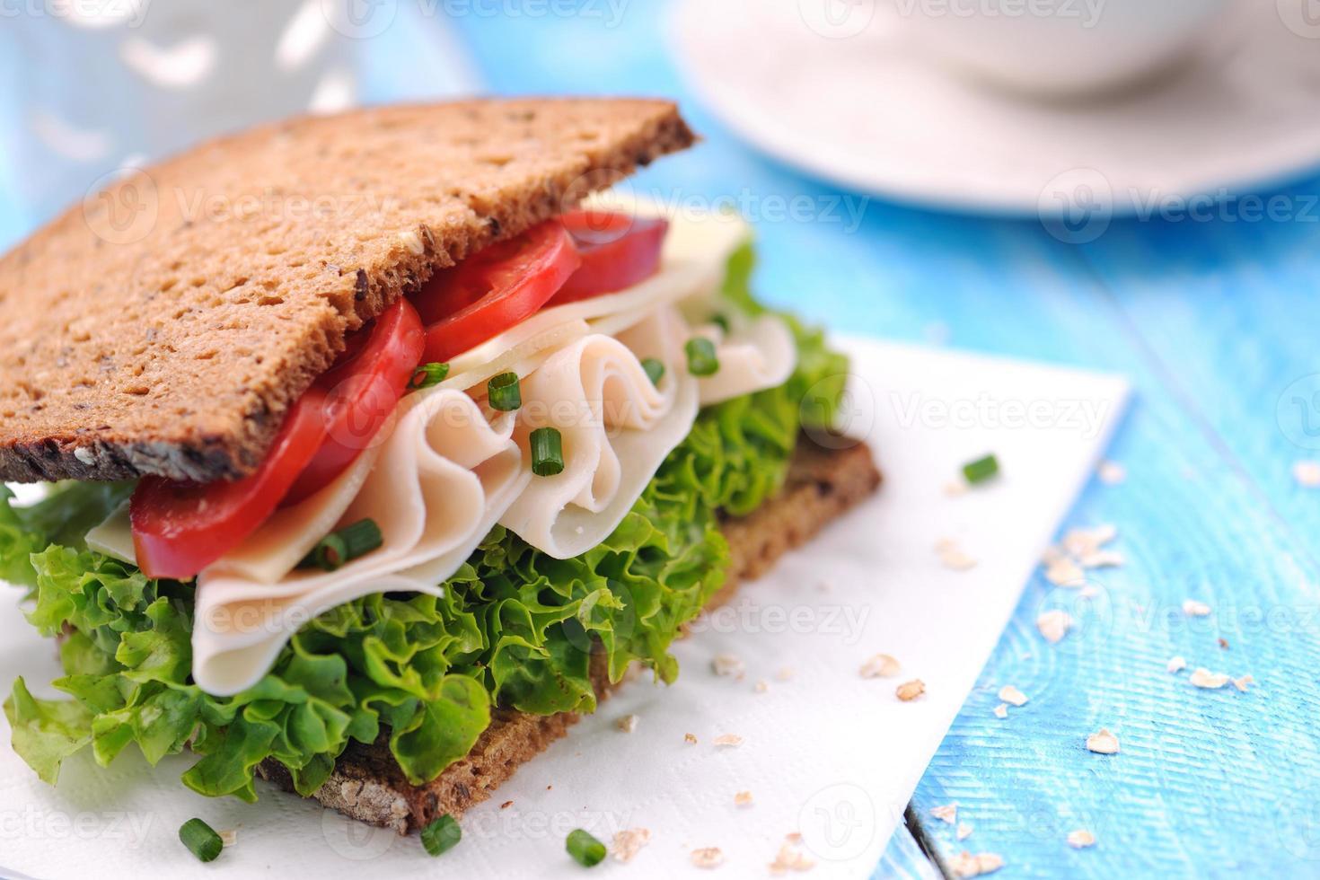 club sandwich con prosciutto di pollo e pane integrale foto