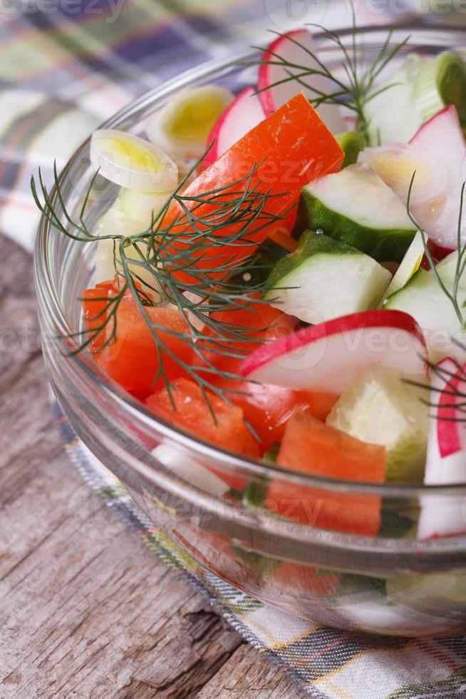 insalata con pomodori, ravanelli, cetrioli verticali foto
