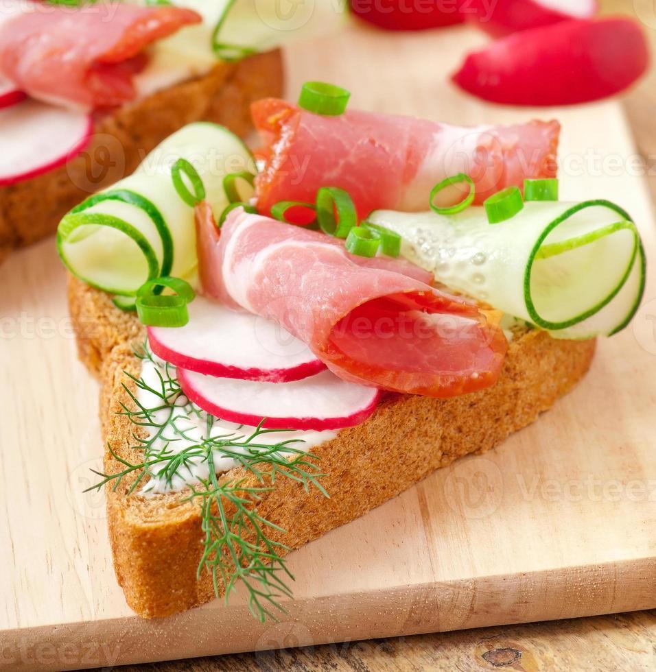 panino con prosciutto, cetriolo e ravanello foto