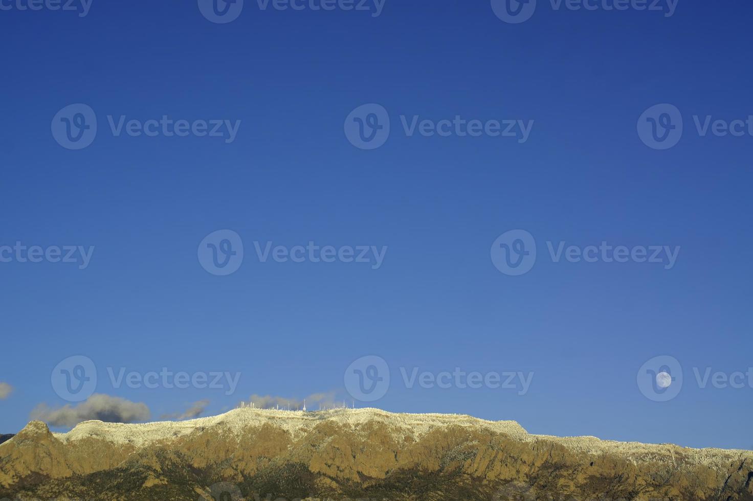 Sorgere della luna di inverno del paesaggio della montagna foto