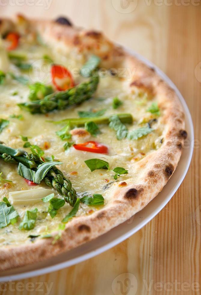 pizza italiana con asparagi foto