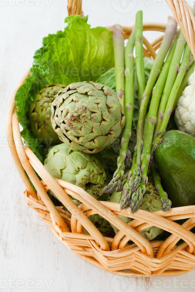 Merce nel carrello verde delle verdure foto